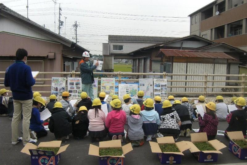 地元小学生を招いての植樹会